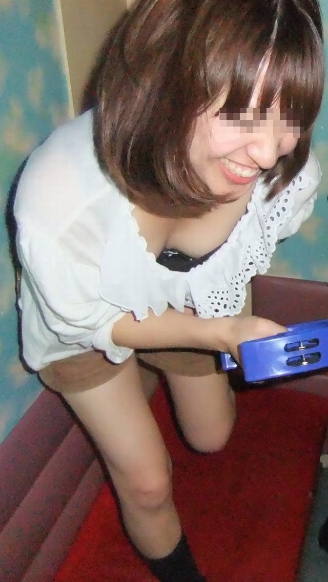 【胸チラエロ画像】もっと奥まで見えたらいいなw薄着女子たちの緩すぎた胸元www 14