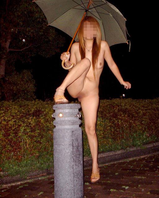 【露出エロ画像】猛暑が続くと増えるらしいw表で脱いじゃう露出マニア達www 08