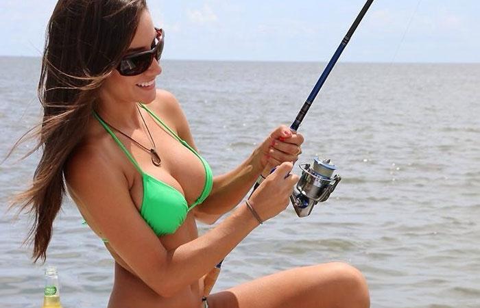 【水着エロ画像】ヒット時にイタズラしてみたいw際どいビキニ姿で釣り糸垂らす外人たちwww 001