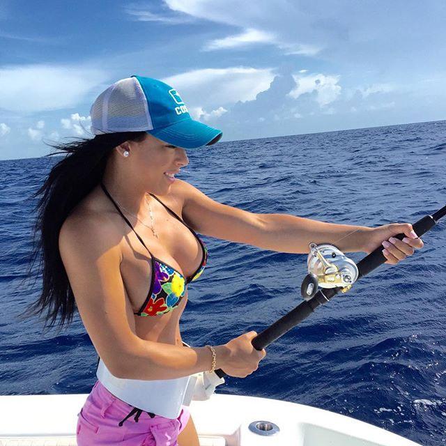 【水着エロ画像】ヒット時にイタズラしてみたいw際どいビキニ姿で釣り糸垂らす外人たちwww 08