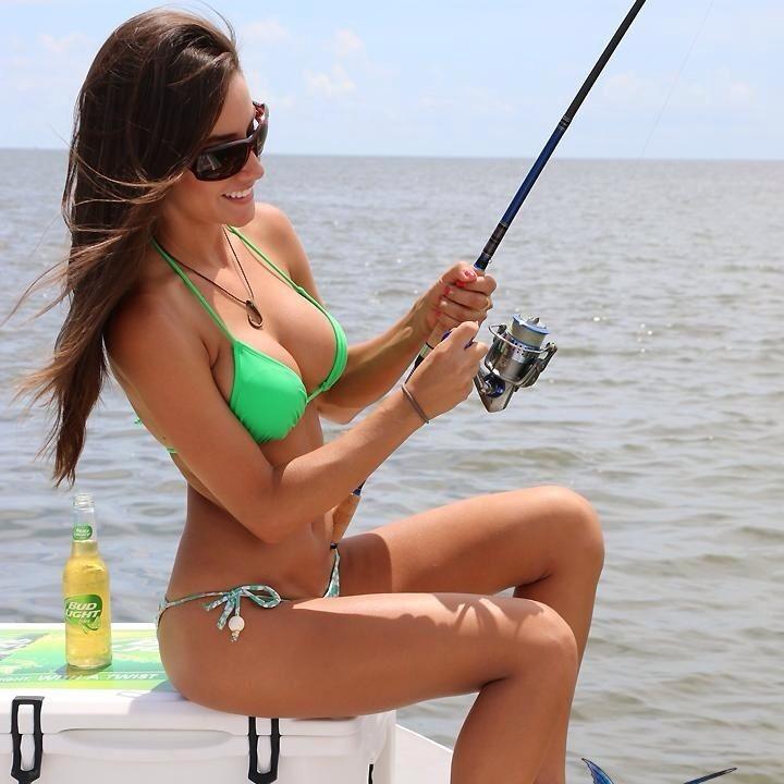 【水着エロ画像】ヒット時にイタズラしてみたいw際どいビキニ姿で釣り糸垂らす外人たちwww 15