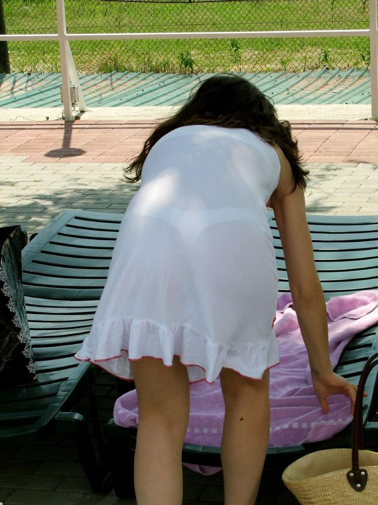 【下着透けエロ画像】見えてますよねw怪現象ではないパンツの透けた着尻www 09