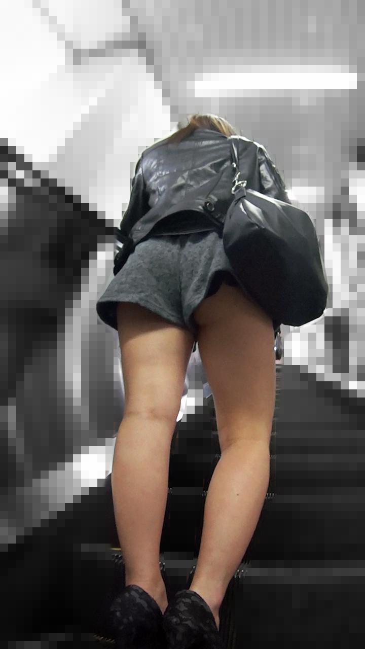 【パンチラエロ画像】さあいつ気付く?隠すまでずっと見放題なパンツ丸見えwww 09