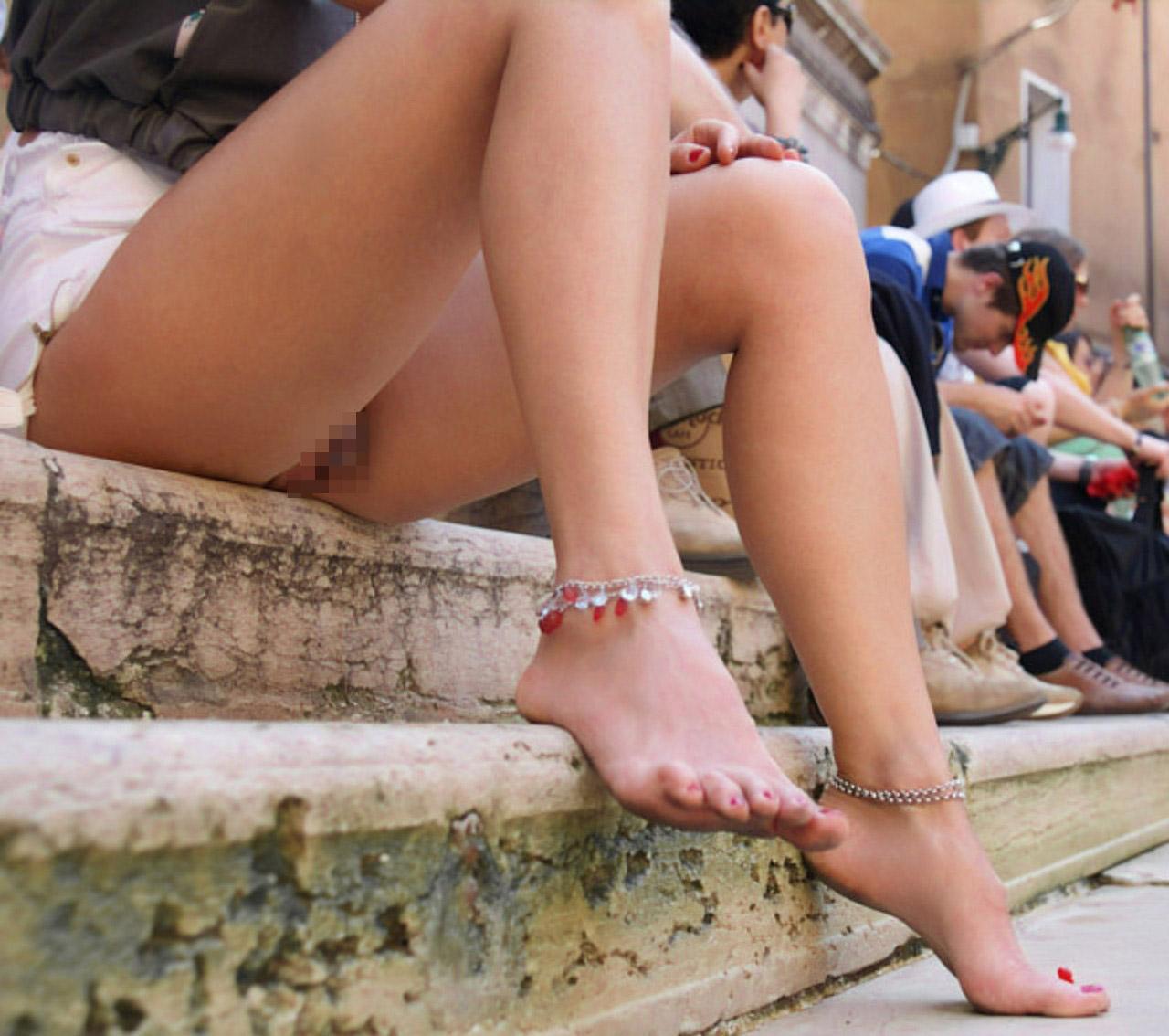【ノーパンエロ画像】夏場にやると汗垂れがヤバそう…捲れば丸出しノーパン淑女www 10