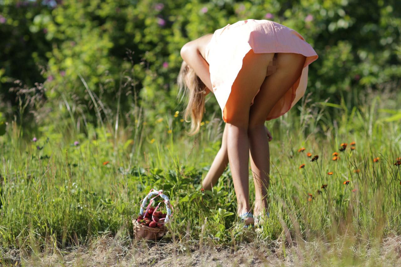 【ノーパンエロ画像】夏場にやると汗垂れがヤバそう…捲れば丸出しノーパン淑女www 12