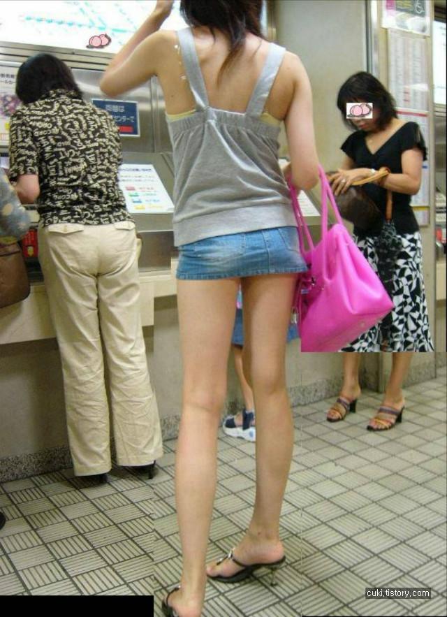 【美脚エロ画像】今なら生多数w街に出れば幾らでも遭遇できる美脚の持ち主たちwww 11