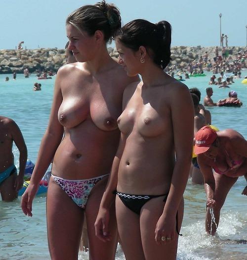 【トップレスエロ画像】下さえ見えなきゃイイ感じw上は丸出しビーチの美乳外人さんwww 04