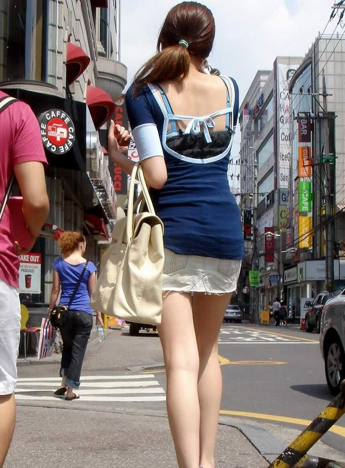 【背中エロ画像】涼しそう?いや汗ばみ凄い背中を大胆に見せる街角ギャル達www 01