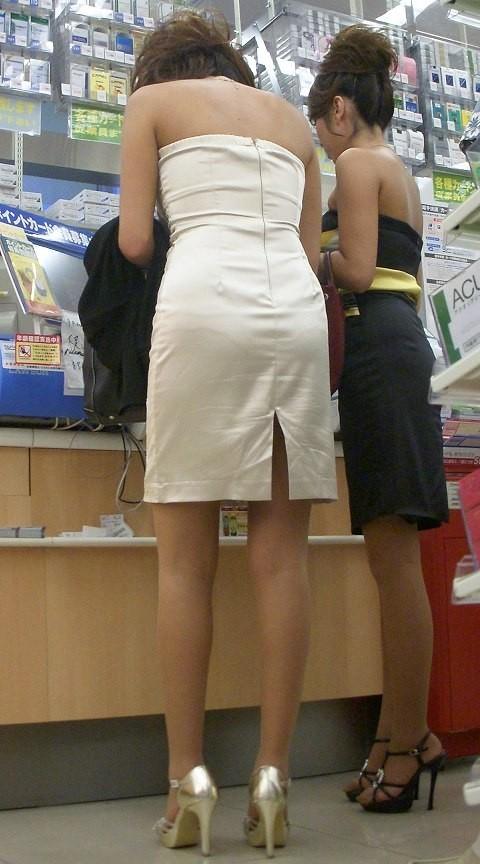 【背中エロ画像】涼しそう?いや汗ばみ凄い背中を大胆に見せる街角ギャル達www 07