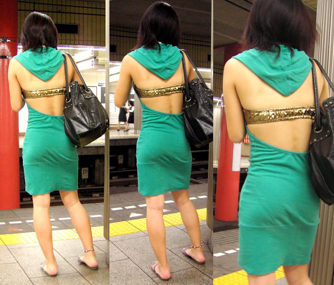 【背中エロ画像】涼しそう?いや汗ばみ凄い背中を大胆に見せる街角ギャル達www 08