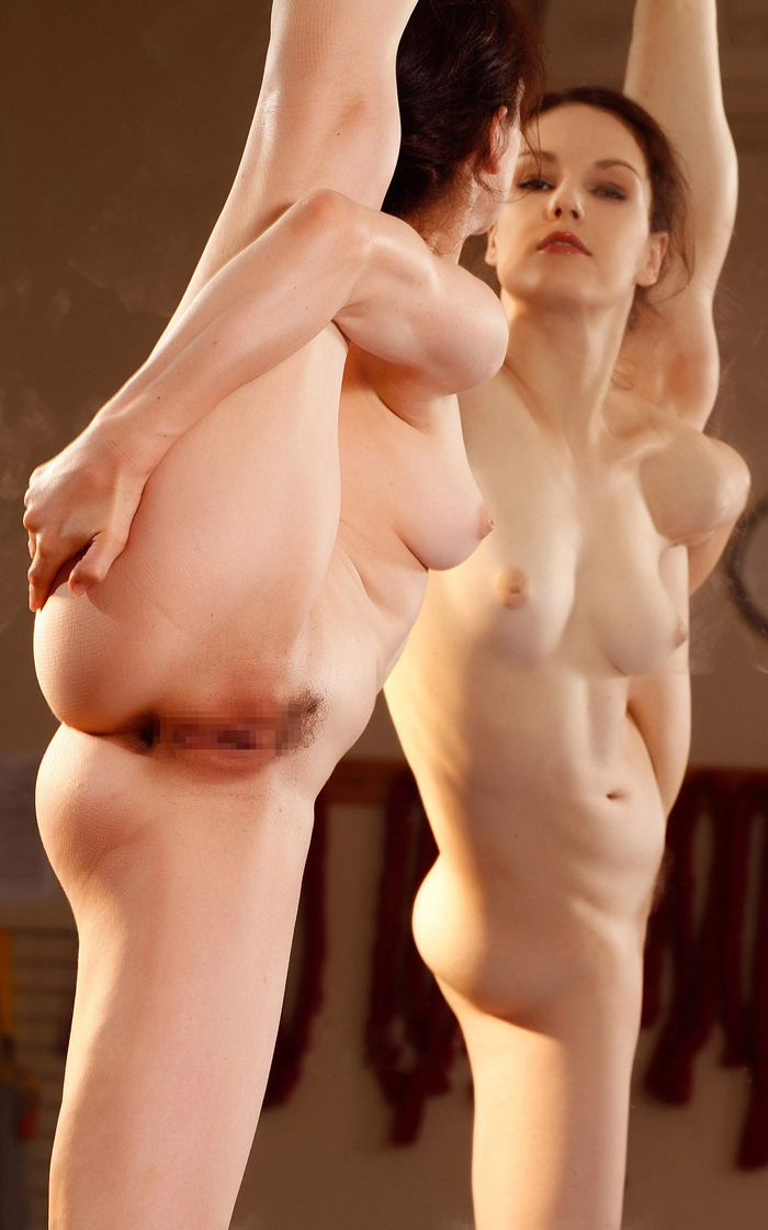 【軟体エロ画像】立ったままヤれるんですねwデキる美女たちの全裸Y字バランスwww 02