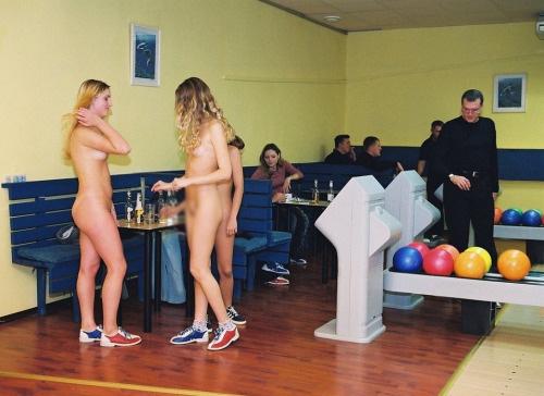 【露出エロ画像】打球の直撃には注意!全裸でスポーツ楽しむヌーディストwww 04