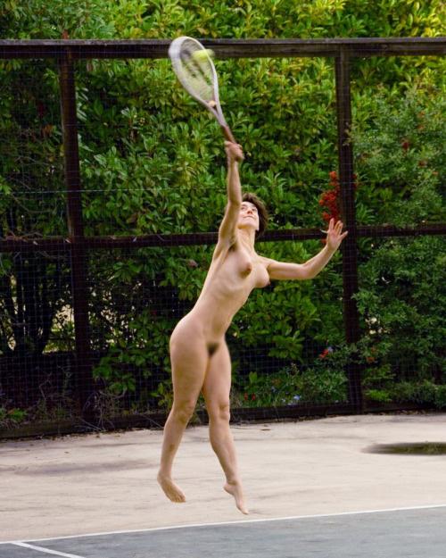 【露出エロ画像】打球の直撃には注意!全裸でスポーツ楽しむヌーディストwww 11