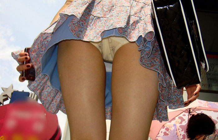 【パンチラエロ画像】階段を上がって!ミニスカ女子達の狙い通りのローアングルチラwww 001