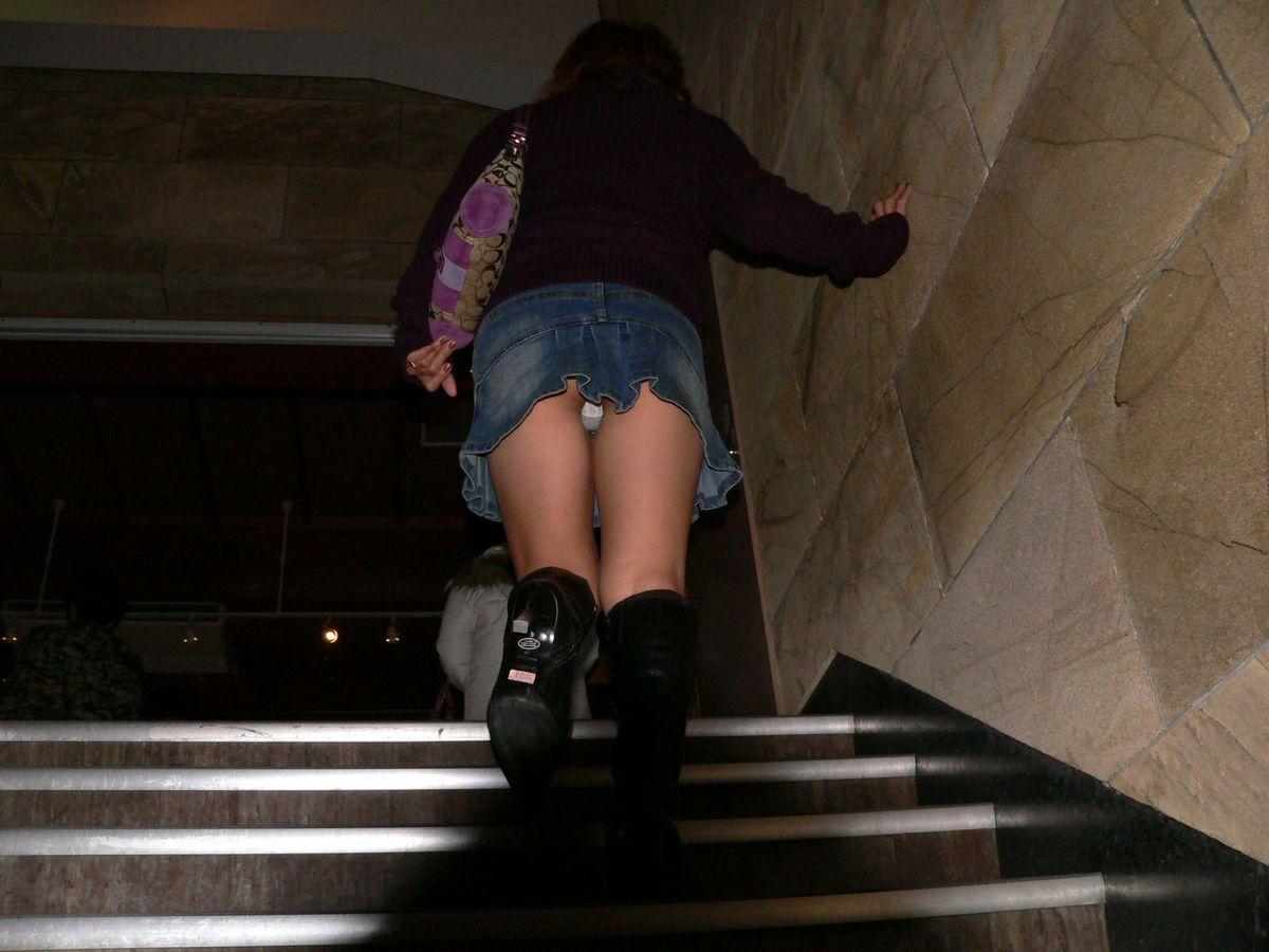 【パンチラエロ画像】階段を上がって!ミニスカ女子達の狙い通りのローアングルチラwww 02