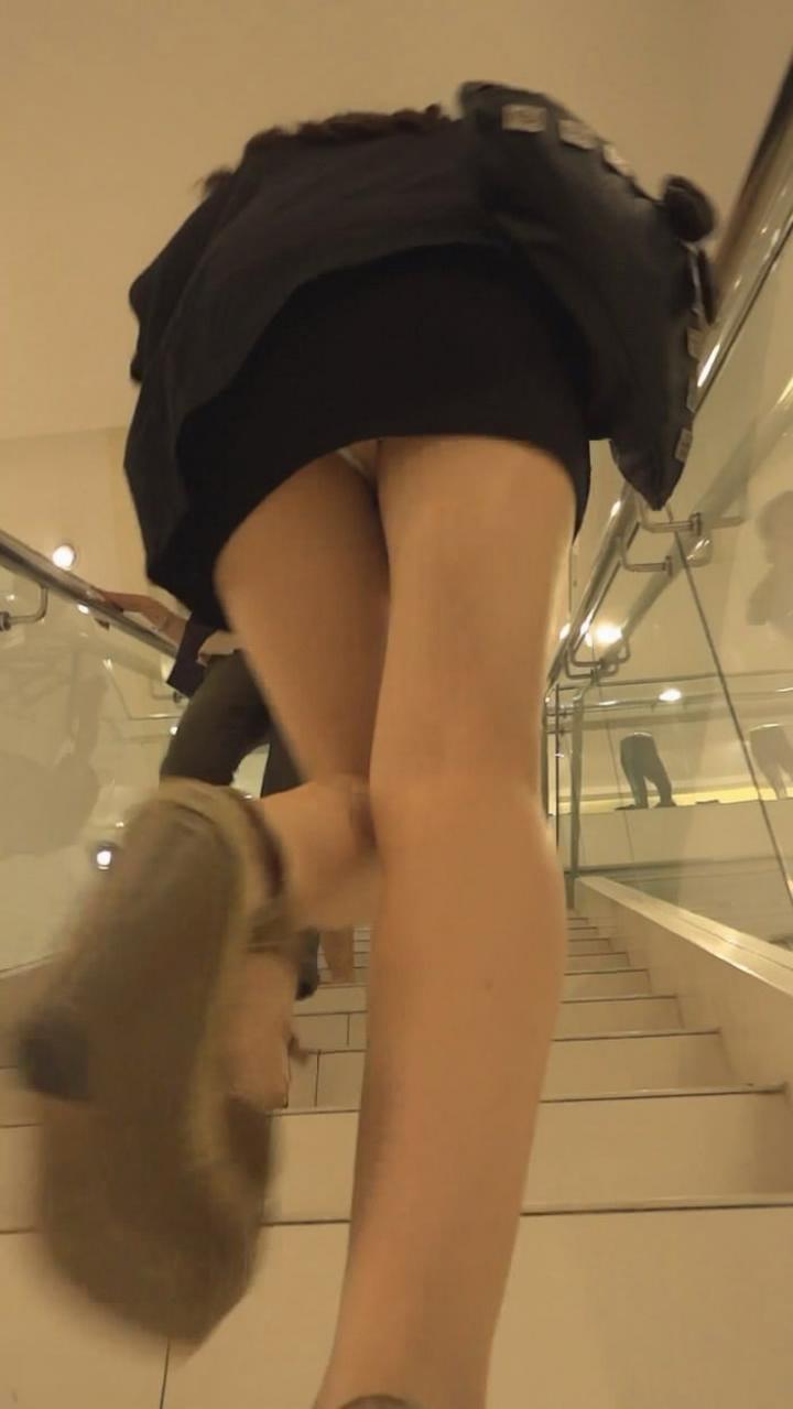 【パンチラエロ画像】階段を上がって!ミニスカ女子達の狙い通りのローアングルチラwww 09