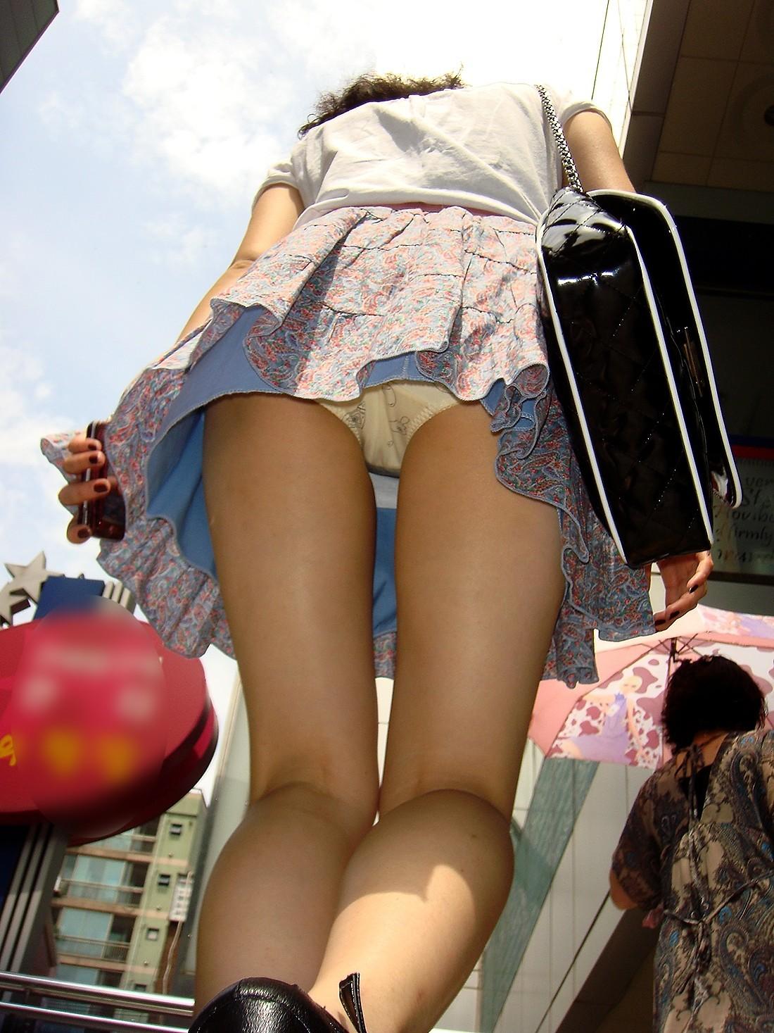 【パンチラエロ画像】階段を上がって!ミニスカ女子達の狙い通りのローアングルチラwww 12