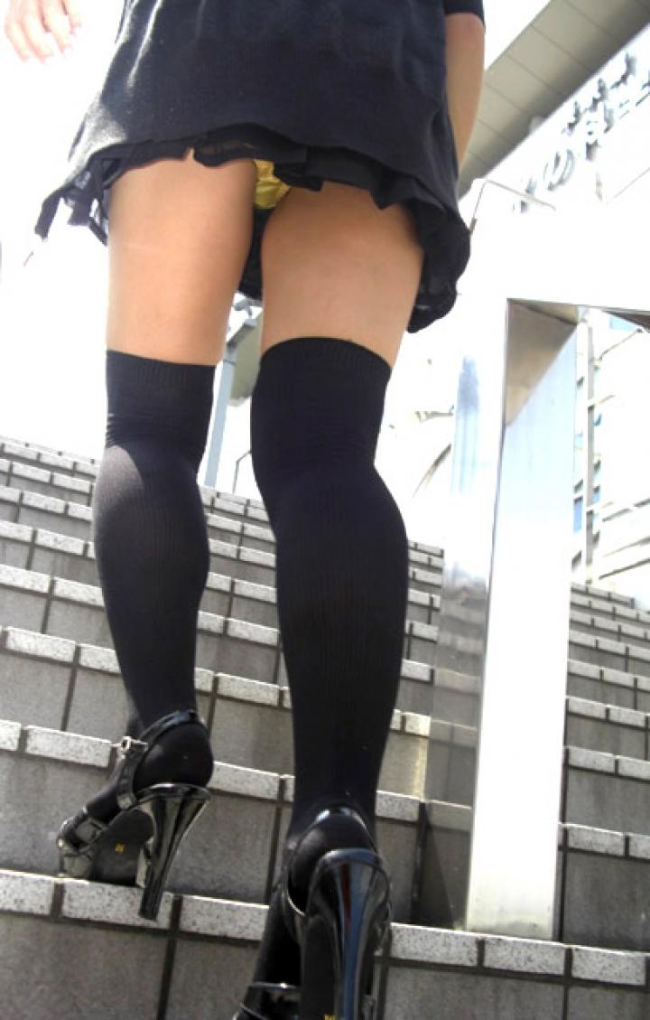 【パンチラエロ画像】階段を上がって!ミニスカ女子達の狙い通りのローアングルチラwww 13