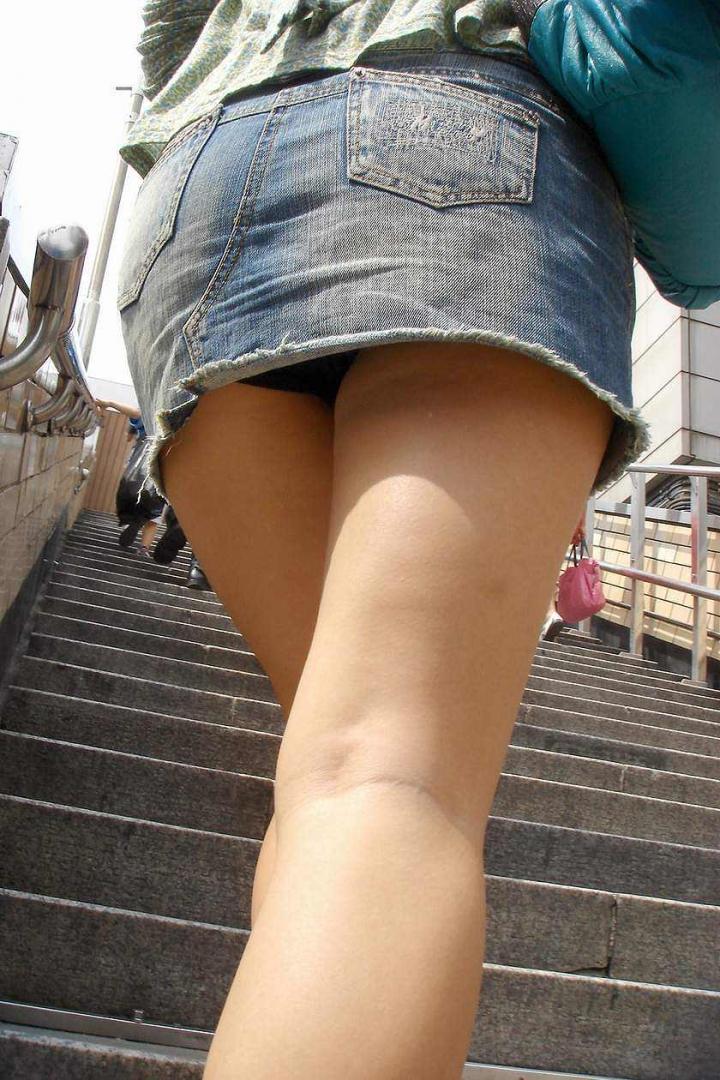【パンチラエロ画像】階段を上がって!ミニスカ女子達の狙い通りのローアングルチラwww 15