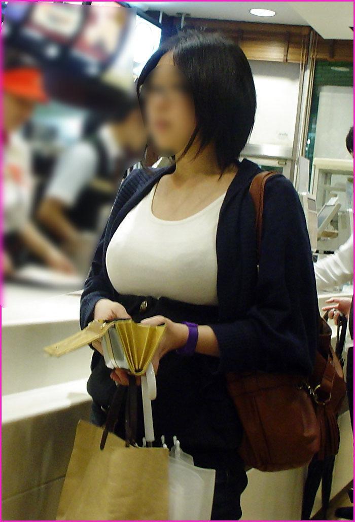 【着胸エロ画像】発汗で透ける展開にも期待w街の注目集める着衣おっぱいwww 02