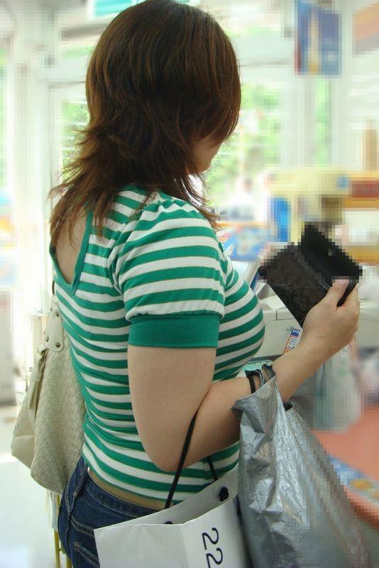 【着胸エロ画像】発汗で透ける展開にも期待w街の注目集める着衣おっぱいwww 05