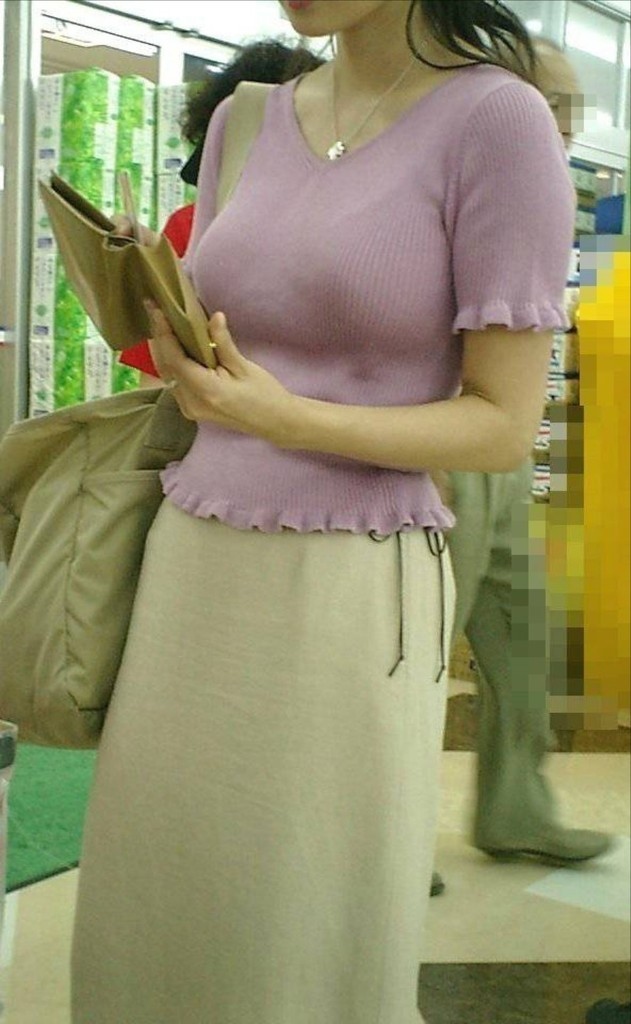 【着胸エロ画像】発汗で透ける展開にも期待w街の注目集める着衣おっぱいwww 08