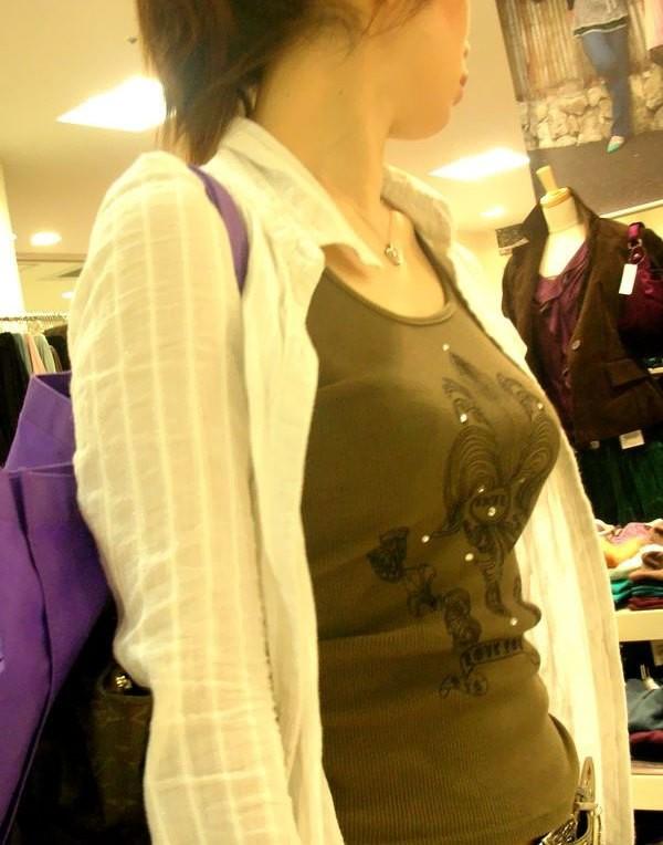 【着胸エロ画像】発汗で透ける展開にも期待w街の注目集める着衣おっぱいwww 13
