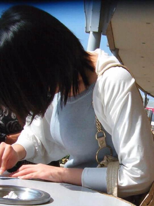 【着胸エロ画像】発汗で透ける展開にも期待w街の注目集める着衣おっぱいwww 15
