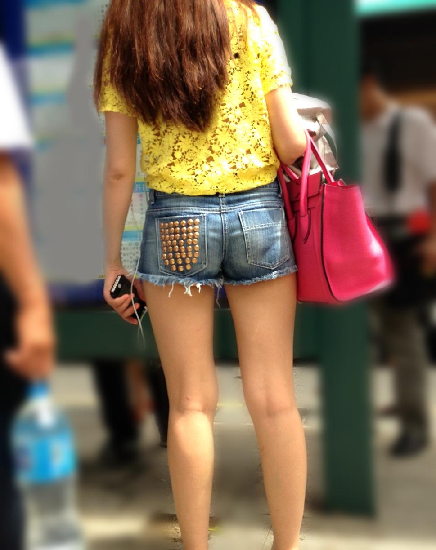 【美脚エロ画像】夏だから下まで生!ショーパン女子達の輝かしい下半身www 09