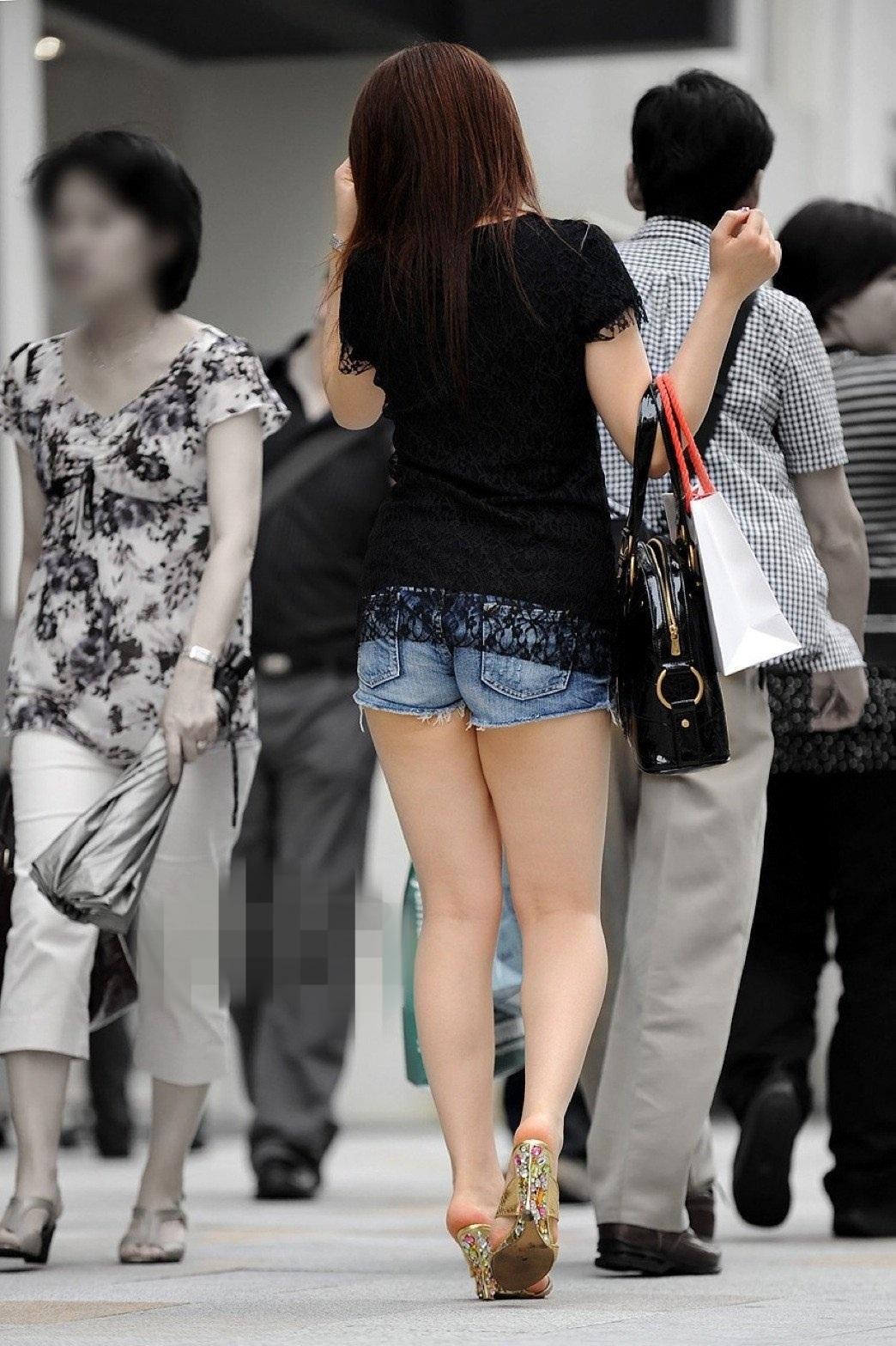 【美脚エロ画像】夏だから下まで生!ショーパン女子達の輝かしい下半身www 13