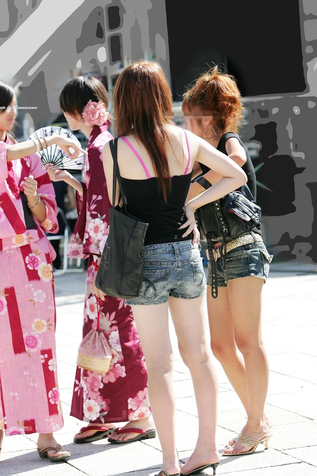 【美脚エロ画像】夏だから下まで生!ショーパン女子達の輝かしい下半身www 14