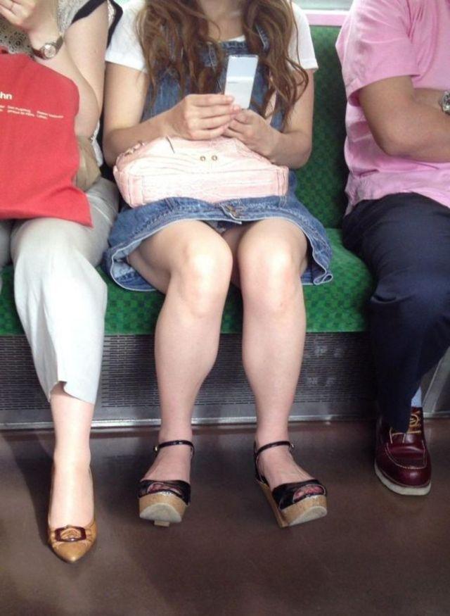 【パンチラエロ画像】こちらが降りるまで見せて欲しいw電車内の座席対面チラwww 02