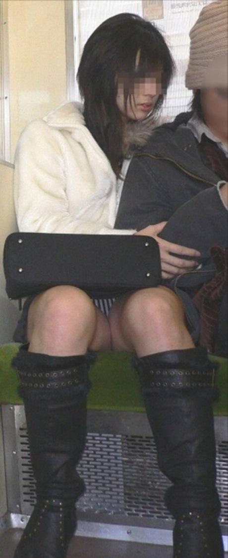 【パンチラエロ画像】こちらが降りるまで見せて欲しいw電車内の座席対面チラwww 08