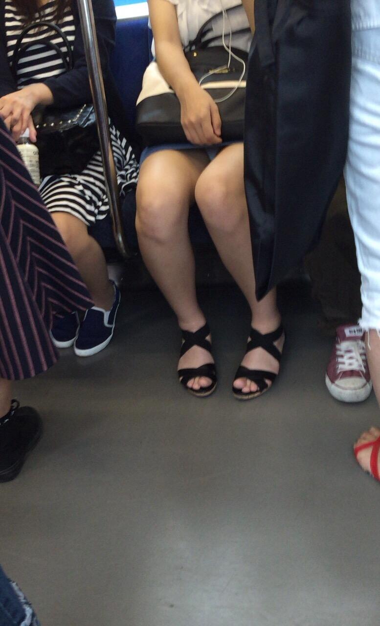 【パンチラエロ画像】こちらが降りるまで見せて欲しいw電車内の座席対面チラwww 09