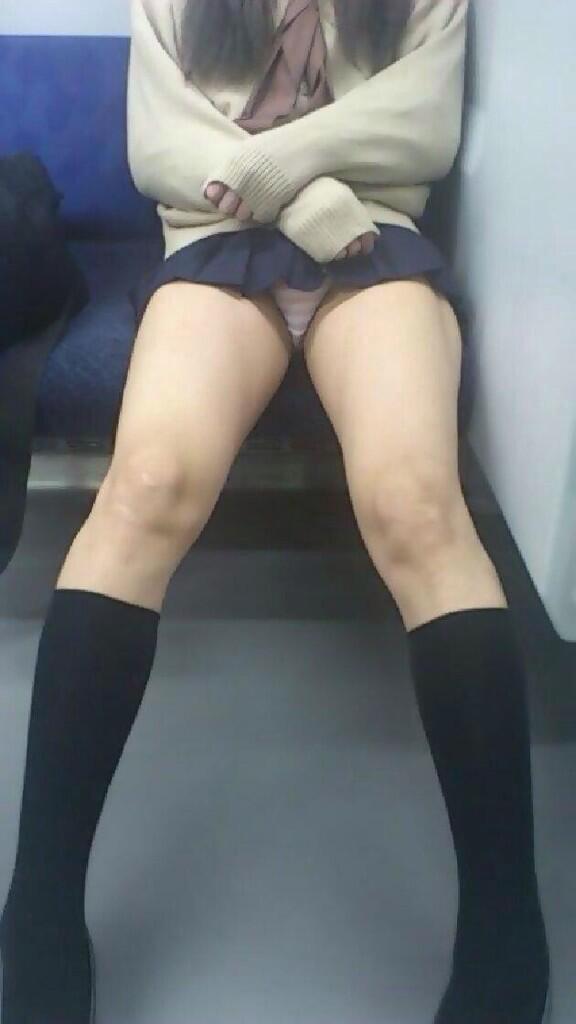 【パンチラエロ画像】こちらが降りるまで見せて欲しいw電車内の座席対面チラwww 10