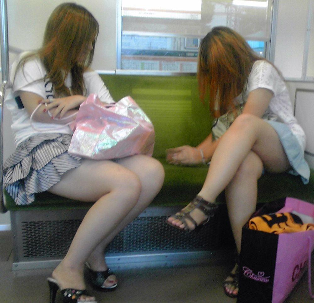 【パンチラエロ画像】こちらが降りるまで見せて欲しいw電車内の座席対面チラwww 11