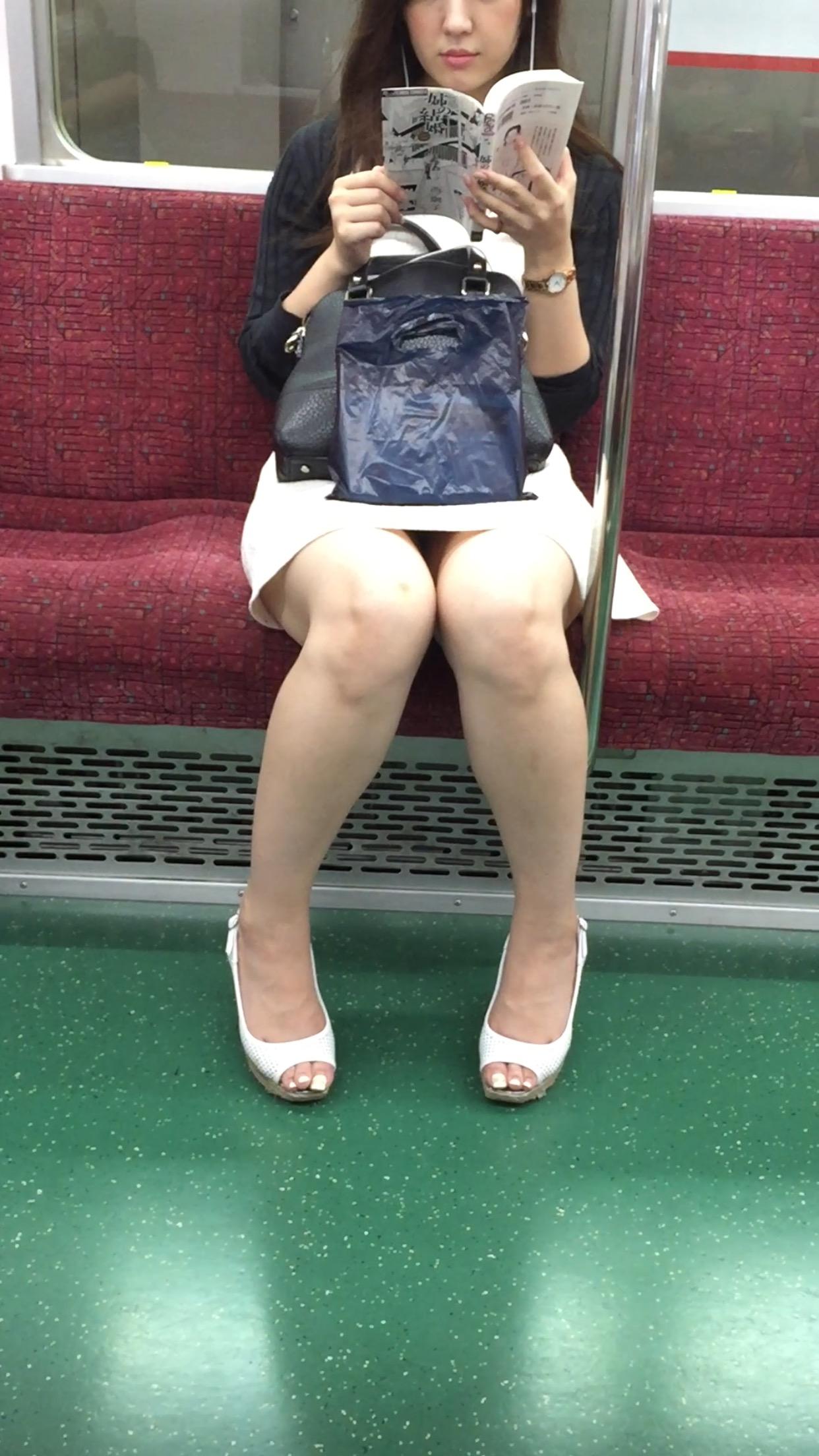 【パンチラエロ画像】こちらが降りるまで見せて欲しいw電車内の座席対面チラwww 14