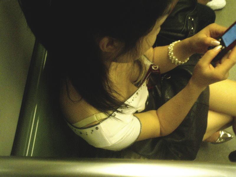 【胸チラエロ画像】足腰の鍛錬にもなるw電車内のチラ見えおっぱい覗き撮りwww 02