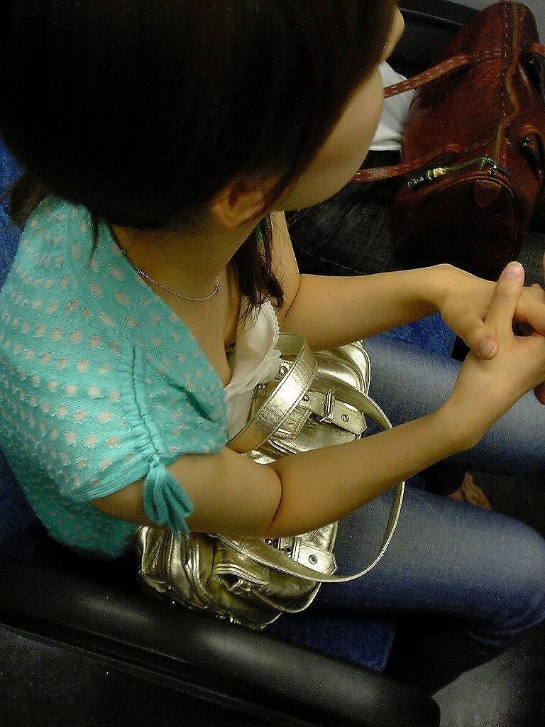【胸チラエロ画像】足腰の鍛錬にもなるw電車内のチラ見えおっぱい覗き撮りwww 05