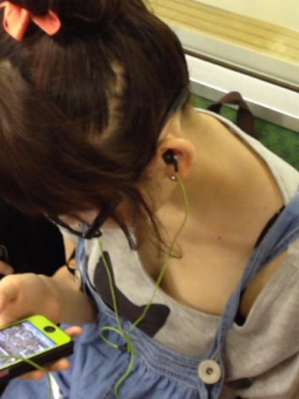 【胸チラエロ画像】足腰の鍛錬にもなるw電車内のチラ見えおっぱい覗き撮りwww 09