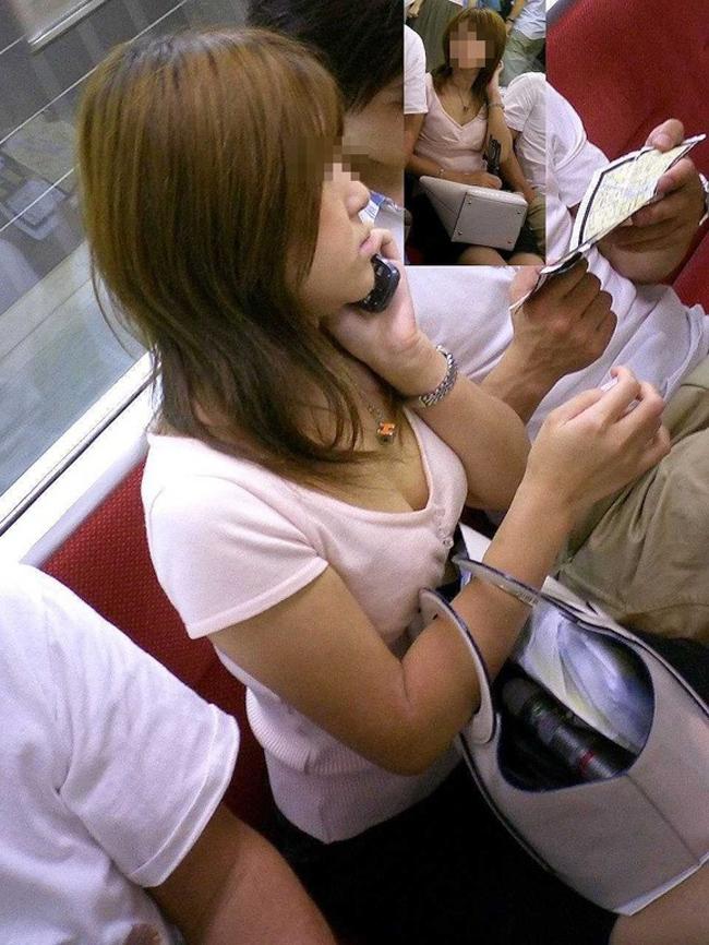 【胸チラエロ画像】足腰の鍛錬にもなるw電車内のチラ見えおっぱい覗き撮りwww 14