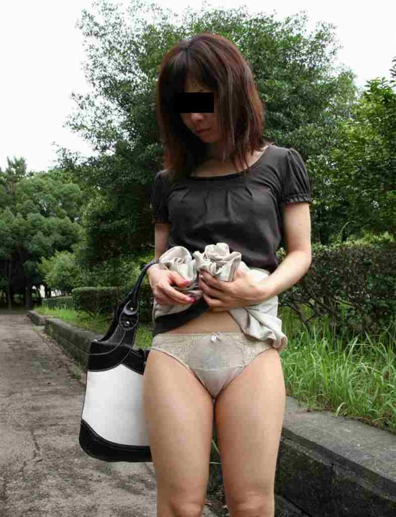 【下着エロ画像】これもネタバレw自らスカート上げて見せてるパンモロ女子www 01