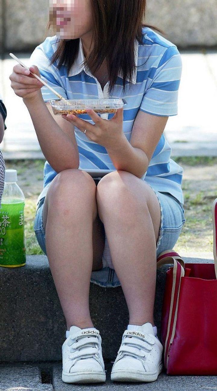 【パンチラエロ画像】座り女子を見たら即チェック!見えているうちに下着把握www 08