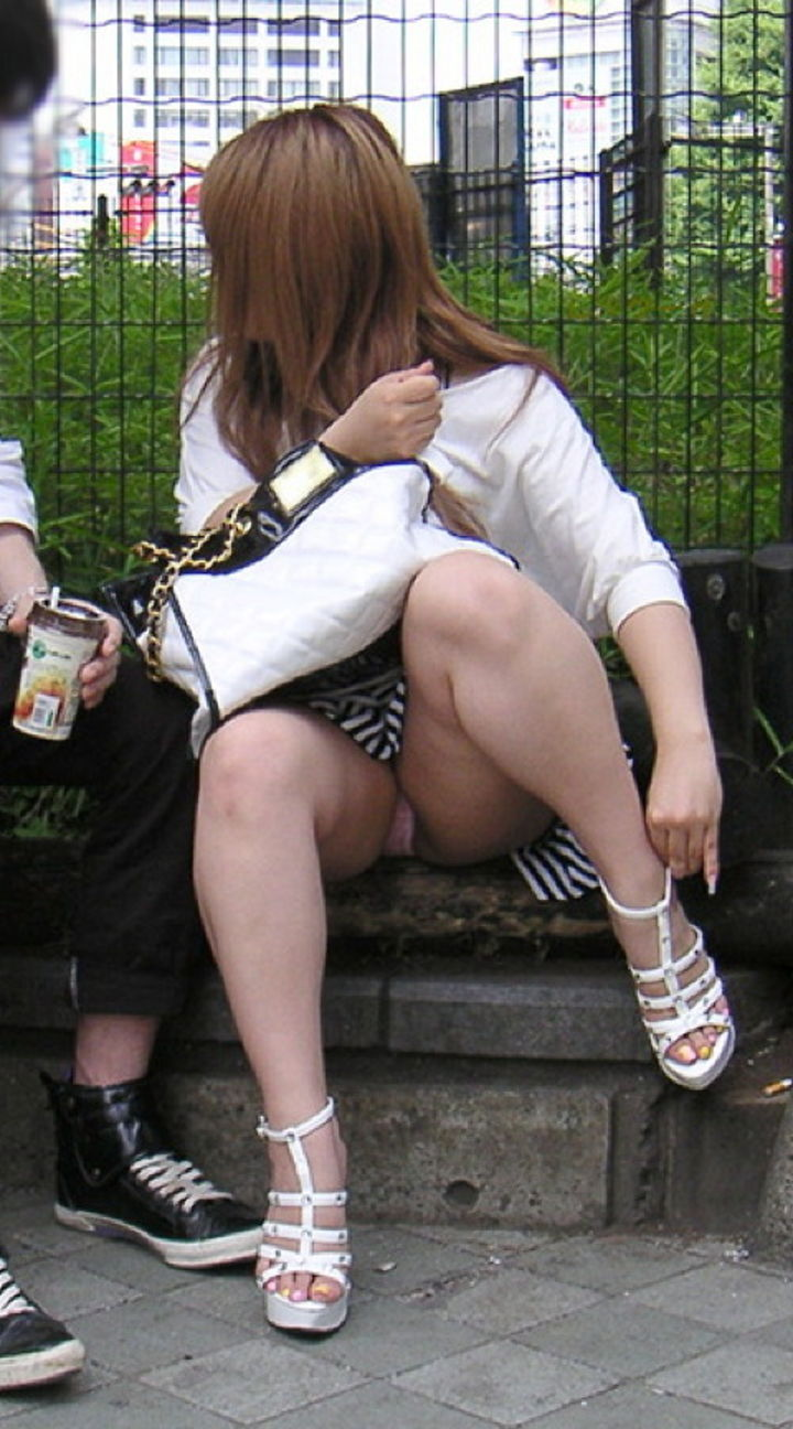 【パンチラエロ画像】座り女子を見たら即チェック!見えているうちに下着把握www 14