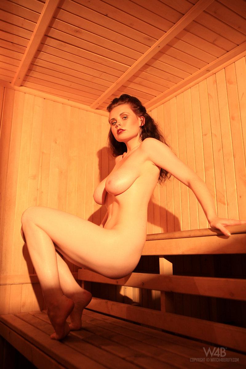 【海外エロ画像】汗まみれで輝く美肌がたまらないサウナ入浴中の外人さんwww 07
