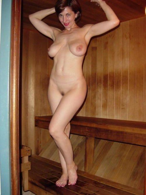 【海外エロ画像】汗まみれで輝く美肌がたまらないサウナ入浴中の外人さんwww 12