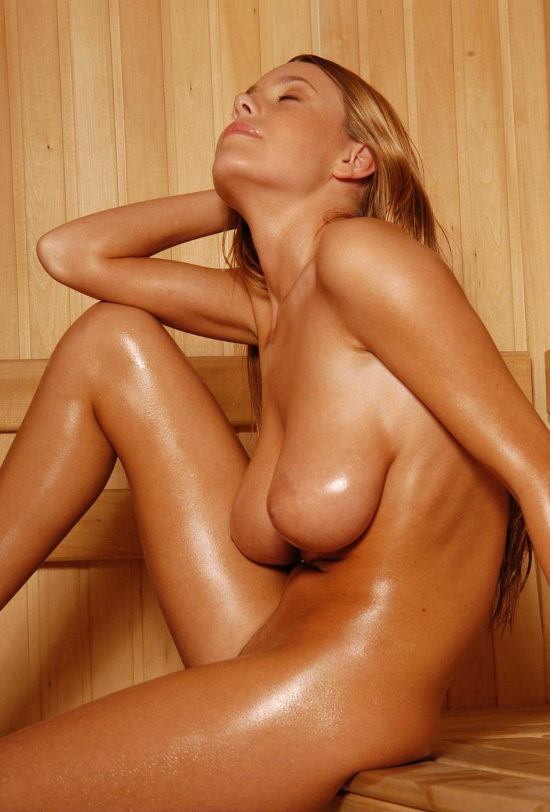 【海外エロ画像】汗まみれで輝く美肌がたまらないサウナ入浴中の外人さんwww 15