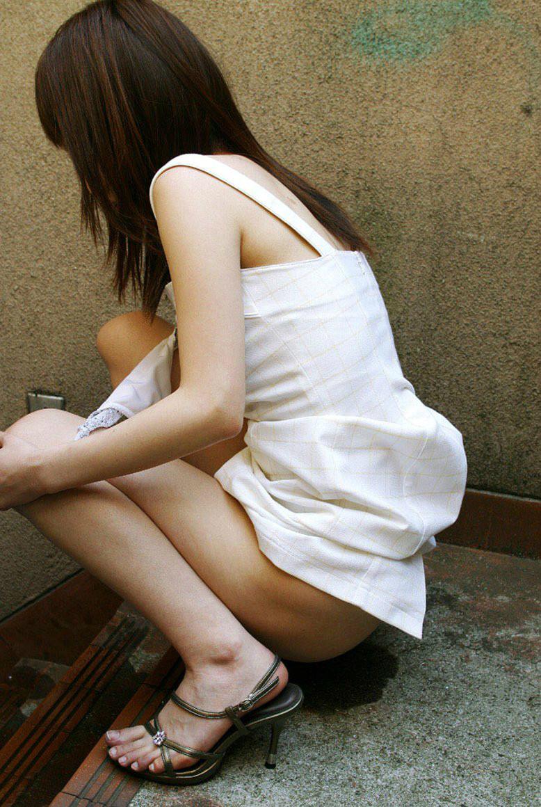 【放尿エロ画像】見せたくなくても出ちゃった…恥じらいで勢いは衰えない女の放尿www 15