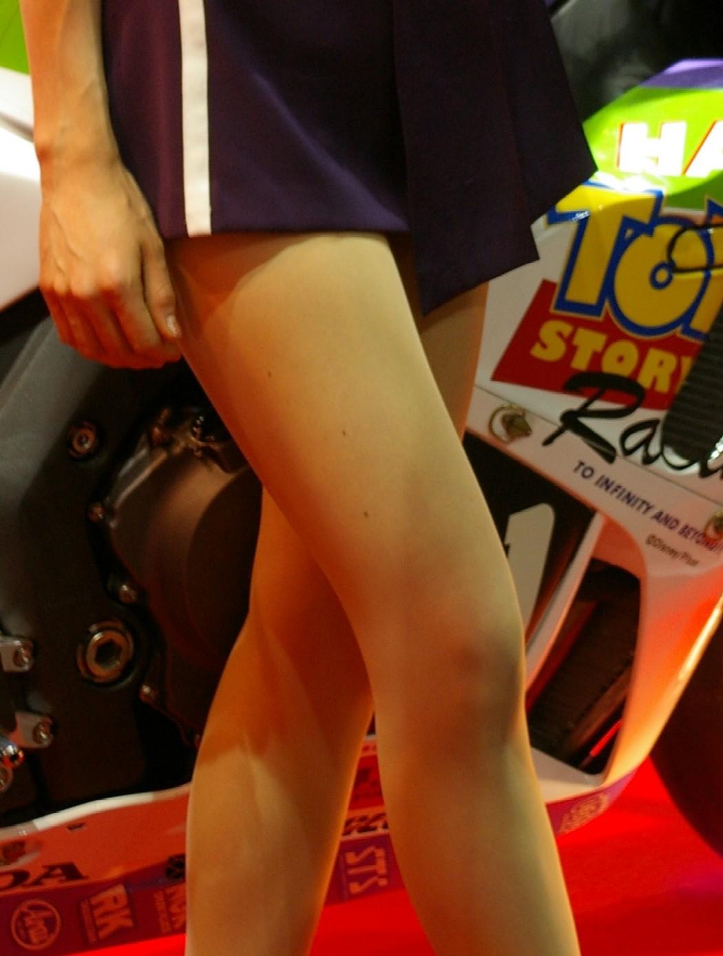 【キャンギャルエロ画像】猛暑でも見に行く価値はある!イベントを盛り上げるキャンギャルの美脚www 09