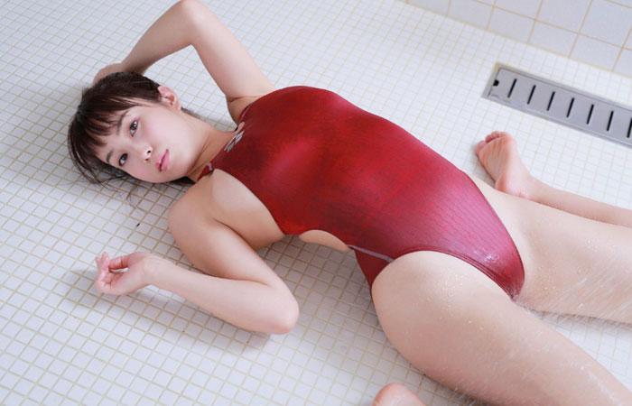 【水着エロ画像】収まり切らない故のwハミ乳している競泳水着女子www 001